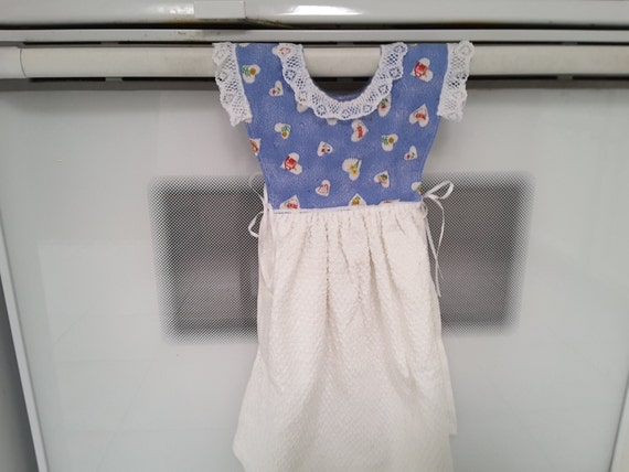 Hanging kitchen towel dress with potolders 1200
