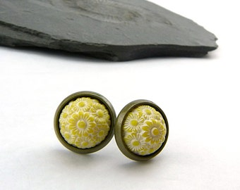 Flowers domes in sunny yellow and white – 10 mm cabochons in brass Sockets - nickel-free earrings - summer jewelry - zierlilch
