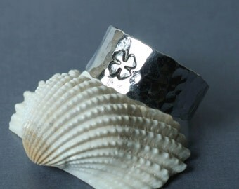 Hand stamped clover silver plated adjustable ring aprox 9mm wide, one piece (item ID HN00326SPT)