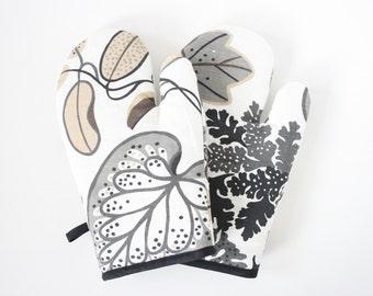 Flowery linen oven gloves