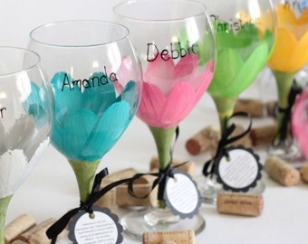 Bridal party glasses, bridesmaid gifts, personalized gift, painted wine glasses, wedding wine glasses, wedding favors, daisy flower, wine