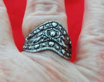 Vintage NOS new old stock silver tone ring in unworn condition, size 8.5