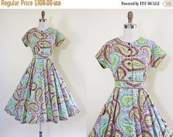 ON SALE 50s Dress - Vintage 1950s Dress - Apple Green Indigo Cocoa Paisley Print Cotton Full Skirt Day Dress M L - Mill Creek