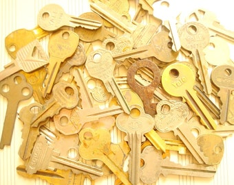 Vintage key grab-bag, 12 pcs vintage locksmith's keys, old door keys, car keys, silver gold brass keys, crafts, jewelry making, scrapbooks