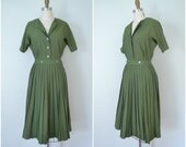 1970s olive green pleated girl dress // simple uniform // small
