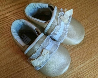 baby girl's gold shoes with lace and champagne polka dot bows size 3-6 months