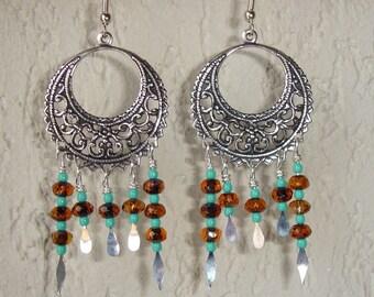 Boucles d'oreilles créoles argentées et perles de verre à facettes