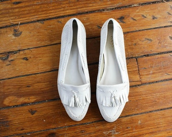 Bass White Flats 8 1/2 • Fringe Tassel Flats • White Leather Flats • Leather Loafers |  SH193