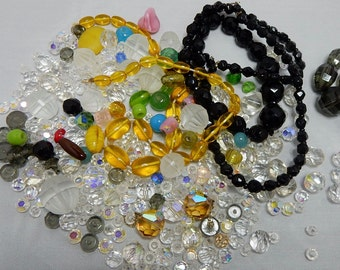 100s of Vintage Glass Beads from Broken Necklaces Mixed Lot    MCD19