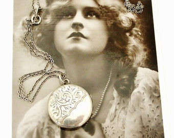 Lovely Edwardian to Art Deco round sterling silver locket and chain.