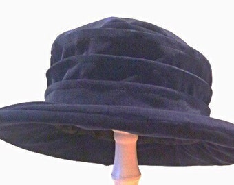 Velvet hat with pleated side and medium brim