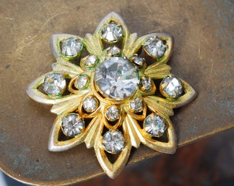 Vintage small gold plated metal brooch with glass rhinestone