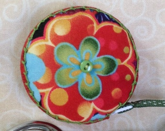 Retractable tape measure, covered with floral print fabrics
