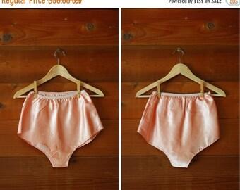 SPRING SALE / 1930s lingerie / 30s art deco peach satin tap pants / size small medium