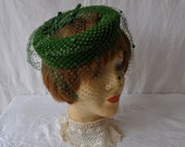 Green Velvet Crown Hat/Vintage 1950s 1960s/Fascinator Beret Crown Hat/Velvet and Netting