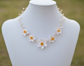 White Yellow Centere Narcissus Necklace. White daffodil Necklace. White Bridal Necklace. Vine Necklace