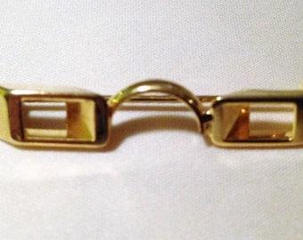 Granny glasses pin.