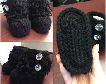 Crochet loopy stitch baby boots. Booties with open side buttons