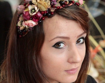 Wreath on his head for the bride of all kinds of  flowers kolor of dried roses and berries