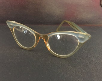 Vintage women's cats eye glasses *** missing an arm ***