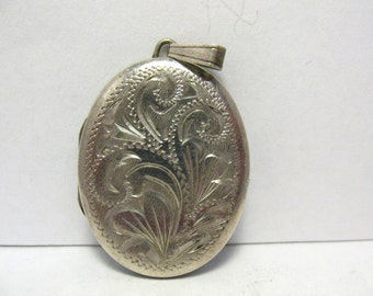 Vintage Sterling Silver Locket Oval Vine Etched Design 22 x 30 mm 6.2 grams