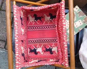Antico cestino per contenere gomitoli di lana. Tipicamente francese. Condizioni vintage bel tessuto originale rosso cavalli bianchi e neri.
