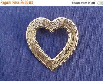 Heart Brooch gold Toned Textured and Detail in Excellent Condition