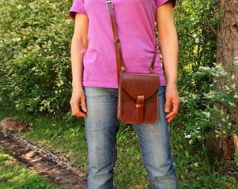 Leather bag. Small. Leather crossbody bag. With inside pocket. Handmade leather bag. Leather shoulder bag. Dark brown. Chimango Sur