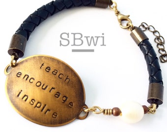 Teacher bracelet in bronze with freahwater pearl and black leather detail
