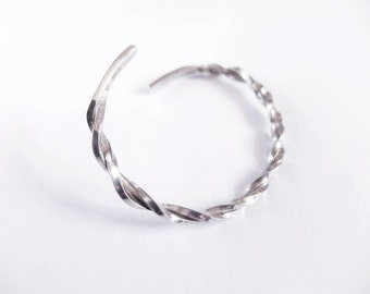 Silver twisted bracelet. Geometric and minimalist, for him and for her.