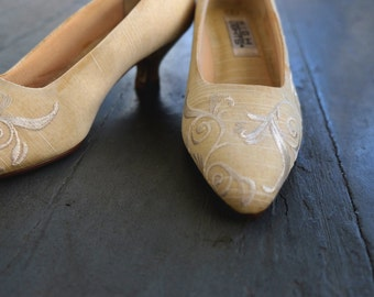 Vintage Creamy Embroidered Pumps