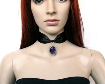 Collar made of satin with a cameo