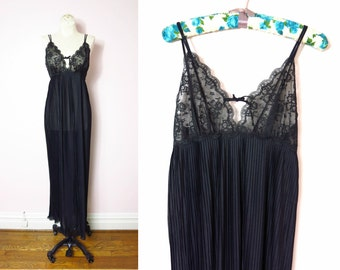 1970s Van Raalte Black Pleated Nightgown M