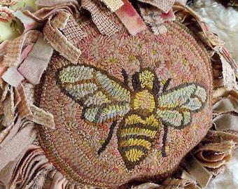 Queen Bee Pillow rug hooking pattern
