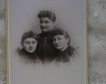 Antique Cabinet Photo-Pretty Ladies-Sisters-Twins?-Fashion-Backstamp-Walnut,IA