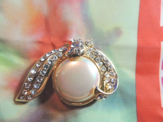 High end pearl jewelry : Large baroque pearl rhinestone brooch pin high end vintage