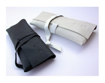 BAGUETTE Minimal leather clutch black or white