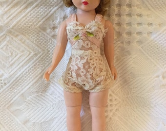 Beautiful vintage Madame Alexander Cissette fashion doll