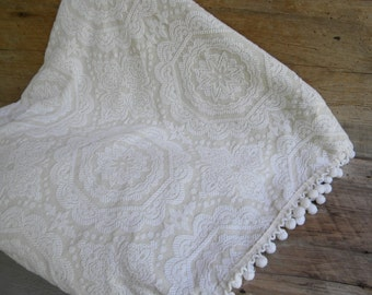 Vintage Matelasse Cream Bedspread Full Size / Vintage Off White Bedspread with Pom Pom Trim / Full Size 102 x 94