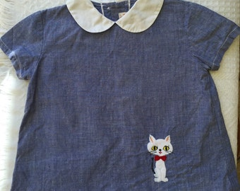 Vintage 1960s little girls swing/mod dress with peter pan collar and cat/kitty motif. Size 3.
