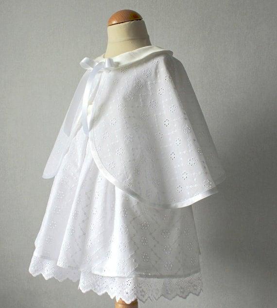 ensemble c r monie b b fille bapt me robe blanche cape. Black Bedroom Furniture Sets. Home Design Ideas