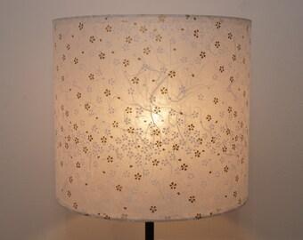 abat-jour en papier de murier washi, fleurs blanches et dorées / lampshade, mulberry washi paper, white and golden flowers