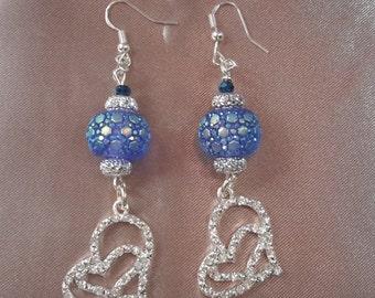 Dangle earrings with glitzy hearts
