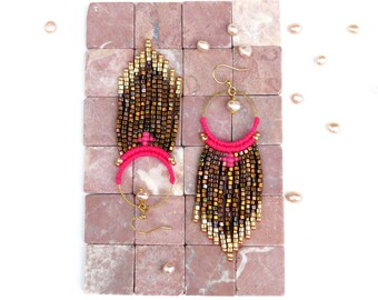 Long and lightweight woven earrings - Miyuki delicas and miyuki cubes seed beads beaded - Neon pink thread - Gold and iridescent copper