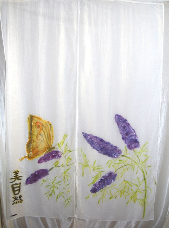 """Cortina japonesa  noren blanca pintada a mano en anverso y reverso:""""Bella Naturaleza""""; Mariposa y flores, para puertas y delimitar espacios."""