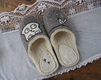 """Eco friendly handmade felted slippers. Slippers for home use with a picture on motives of the cartoon """"Simon's cat"""""""