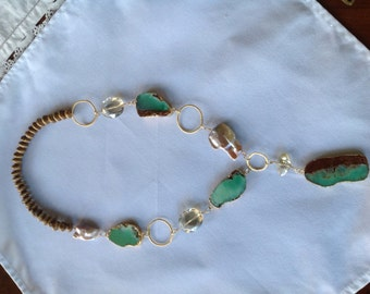 Long necklace of pearls, agate and gold rings