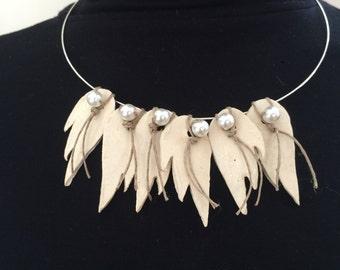 Collier monté sur support couleur argent avec ailes en céramique, perles nacrées et fil de lin (3)