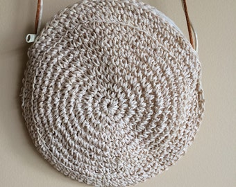 Round crossbody straw purse
