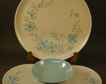 Vintage 1960s Windsor Melmac Plate/Saucers/Bowl in Beautiful Blue/White